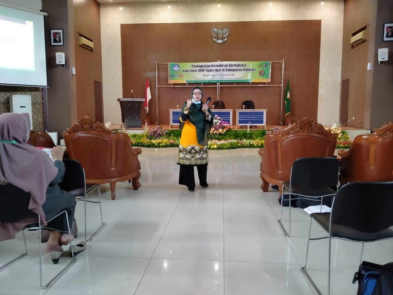 Peningkatan Kemahiran Berbahasa bagi Guru SMP-Sederajat di Kabupaten Kampar